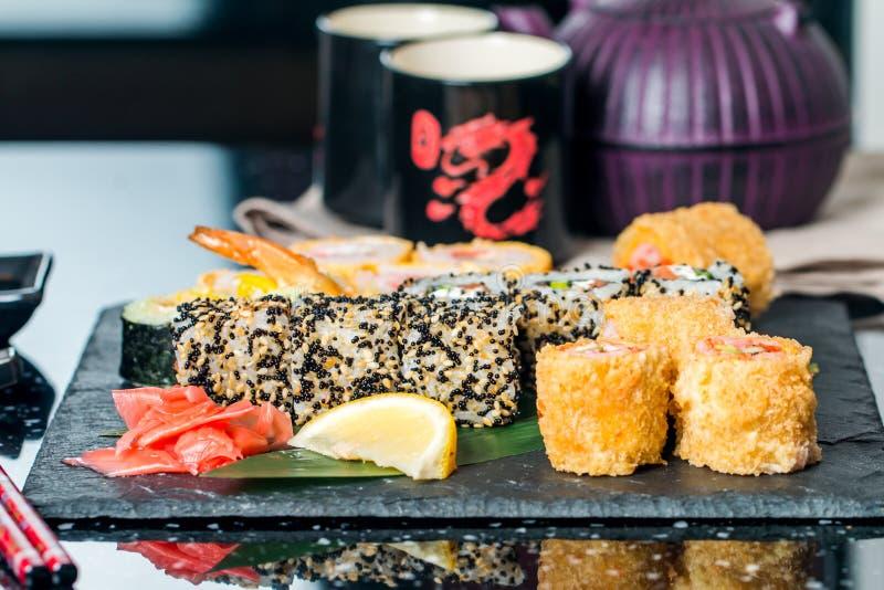 sushi som sorteras på tabellen arkivfoto