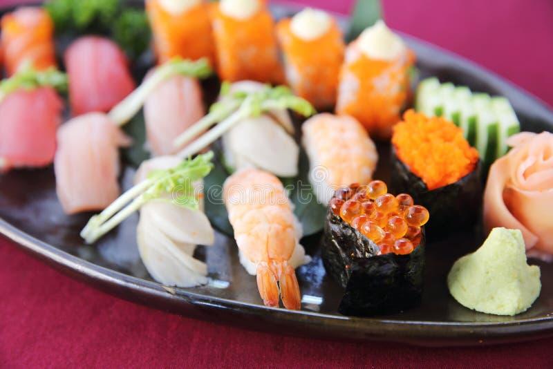 Sushi stellten auf einen Behälter ein stockbild