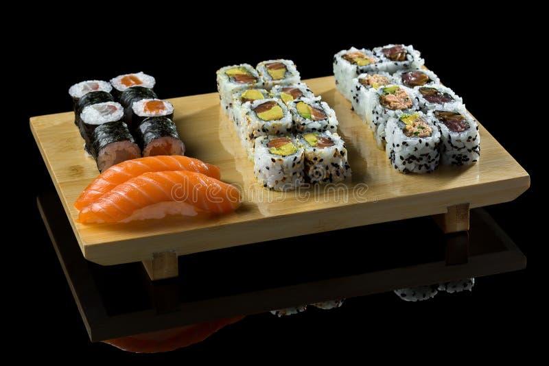 Sushi su un ² кÐ? del 'аРdel  Ñ del ¾ Ð'Ñ del ¿ Ð di а Ð del ½ di уши Ð del  del supporto Ñ immagine stock libera da diritti
