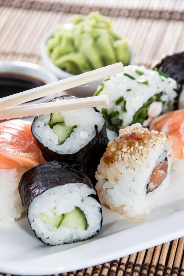 Sushi su una zolla immagini stock libere da diritti