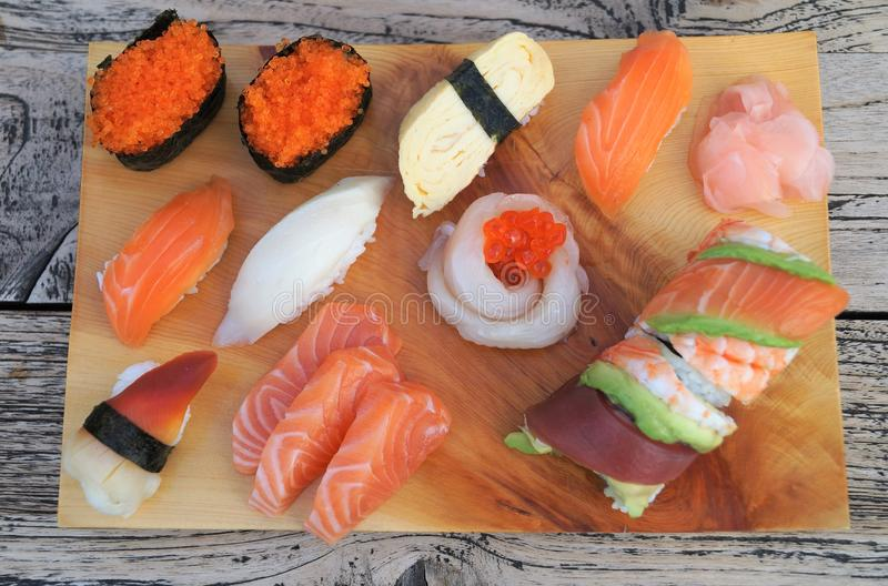 Sushi sur la table en bois photos stock