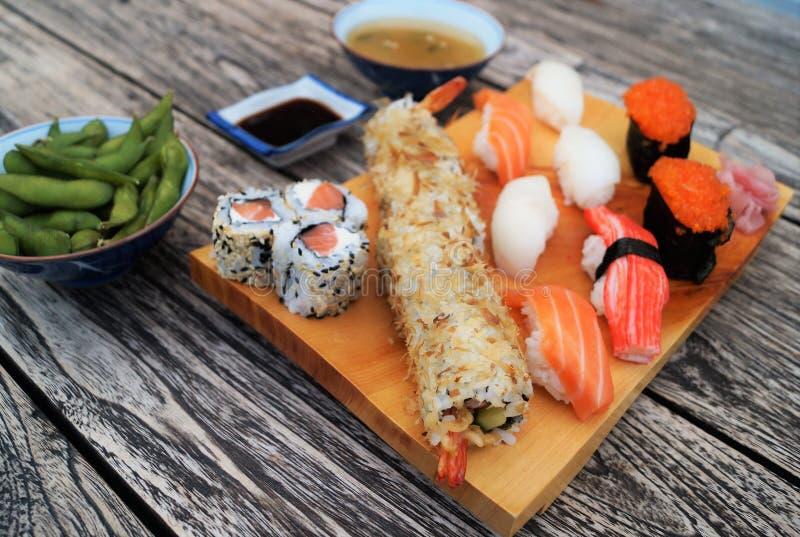 Sushi sur la table en bois photographie stock