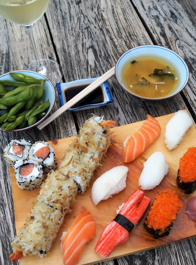 Sushi sur la table en bois images libres de droits