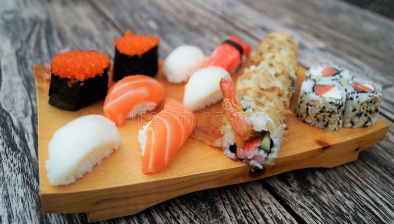 Sushi sur la table en bois photos stock