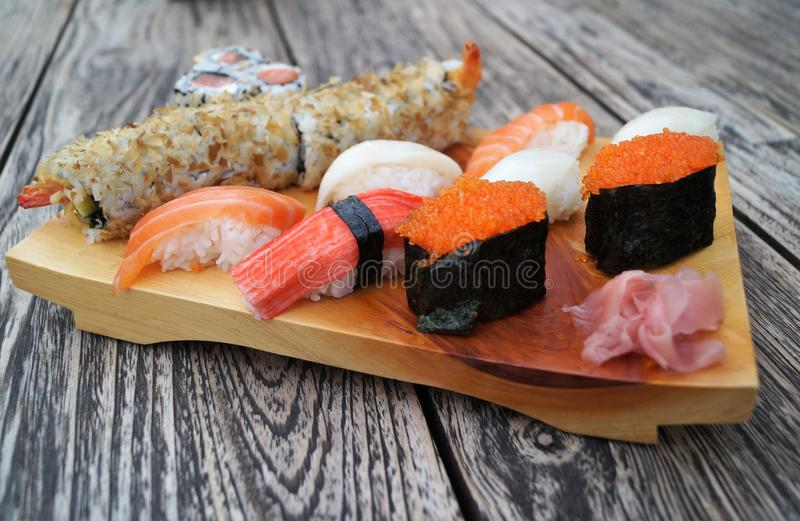 Sushi sur la table en bois photo libre de droits