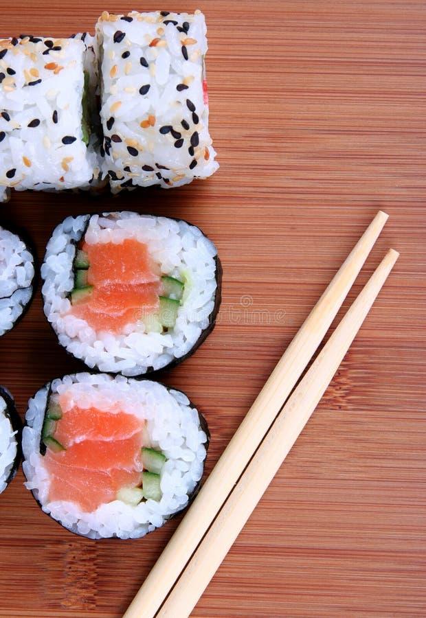 Sushi sur le couvre-tapis en bambou photographie stock libre de droits