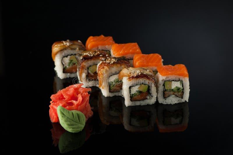 Sushi sur le fond noir images stock