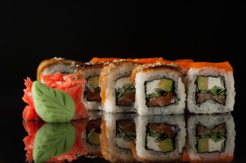 Sushi sur le fond noir photo stock