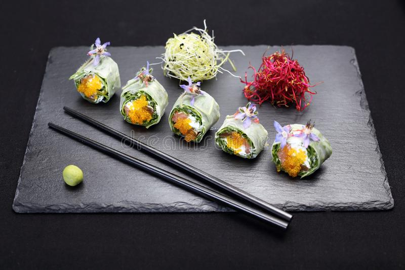 Sushi, sushibroodjes met zalm, rucola, de kaas van Philadelphia royalty-vrije stock afbeeldingen