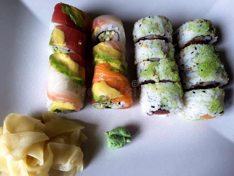 Sushi-Teller lizenzfreie stockbilder