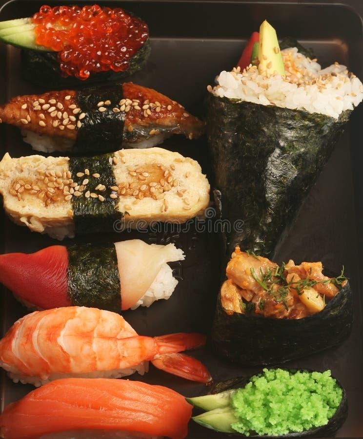 Sushi traditionnels japonais images stock
