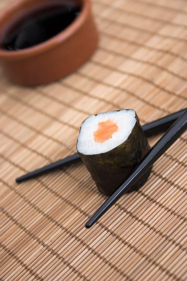 Sushi u. Ess-Stäbchen lizenzfreie stockbilder