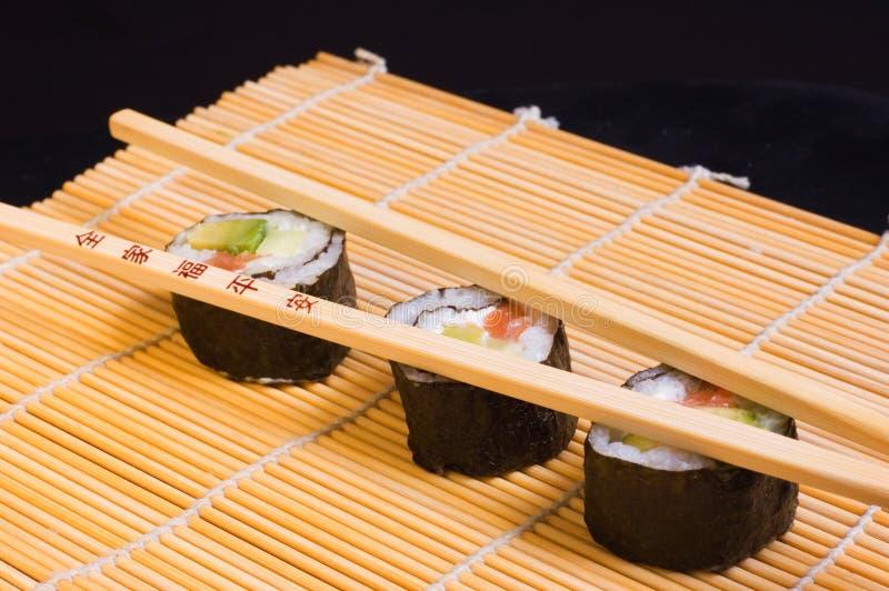Sushi und hölzerne Ess-Stäbchen stockfotos