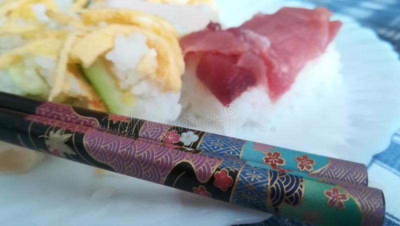 Sushi und hashi lizenzfreie stockfotografie