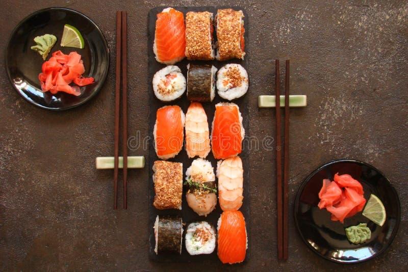 Download Sushi Und Sushirollen, Sushi Nigiri Auf Steinplatte Stockfoto - Bild von meerespflanze, asiatisch: 90225450