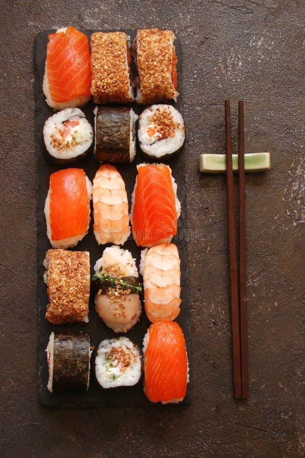 Download Sushi Und Sushirollen, Sushi Nigiri Auf Steinplatte Stockfoto - Bild von imbiß, seasoning: 90225658