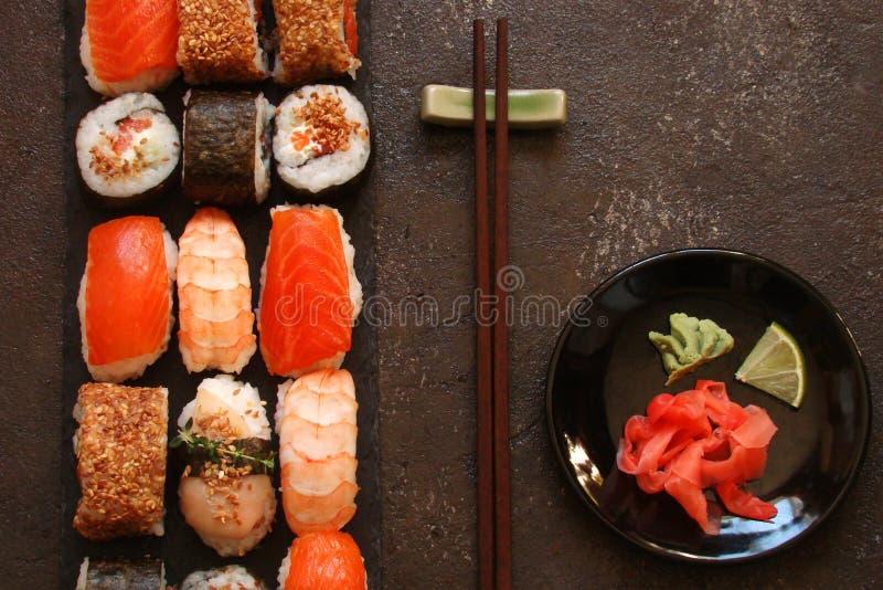 Download Sushi Und Sushirollen, Sushi Nigiri Auf Steinplatte Stockbild - Bild von ingwer, meerespflanze: 90225915