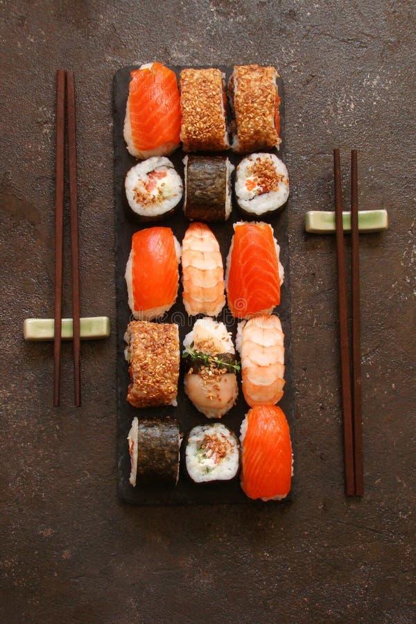 Download Sushi Und Sushirollen, Sushi Nigiri Auf Steinplatte Stockbild - Bild von reis, rollen: 90226039