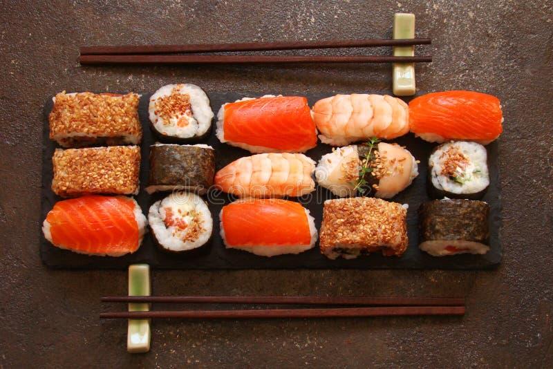 Download Sushi Und Sushirollen, Sushi Nigiri Auf Steinplatte Stockfoto - Bild von platte, reis: 90226228