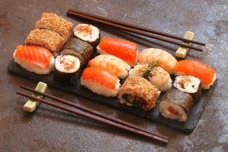 Download Sushi Und Sushirollen, Sushi Nigiri Auf Steinplatte Stockfoto - Bild von imbiß, steuerknüppel: 90226642