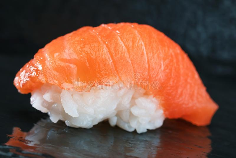 Sushi Vastgestelde die sashimi en sushibroodjes op steenlei wordt gediend royalty-vrije stock afbeeldingen