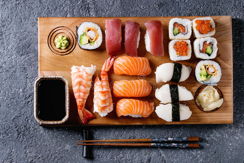 Sushi vastgestelde nigiri en broodjes royalty-vrije stock foto's