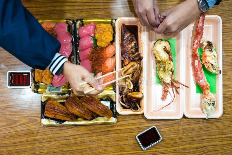 Sushi y almuerzo del sefood; de color salm?n, otoro, sushi lamentable, de la anguila, y camar?n asado a la parrilla, cangrejo gra foto de archivo libre de regalías