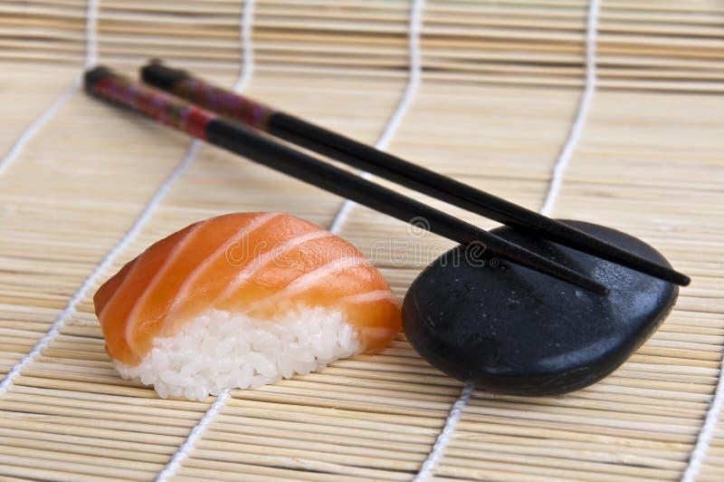 Sushi y palillos de color salmón fotos de archivo libres de regalías
