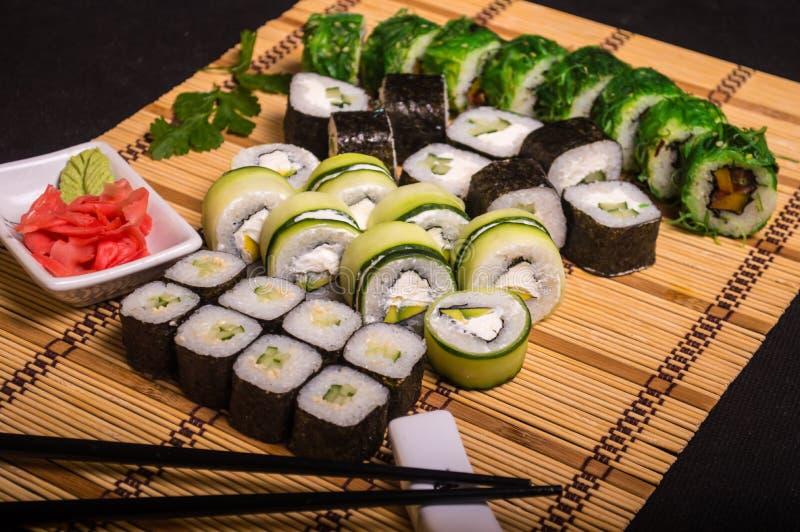 Sushi y rollos, comida japonesa, delicadezas culinarias, palillos 1 fotografía de archivo