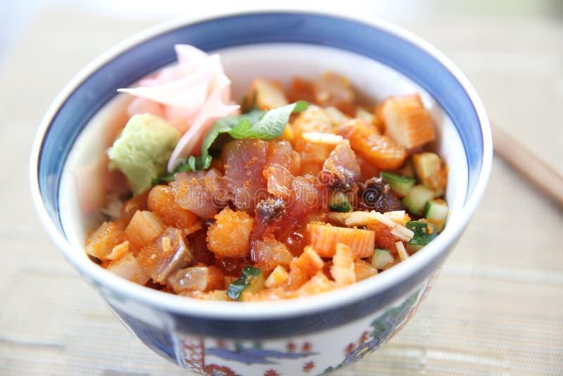 Sushi ziehen, Lachsthunfischkrake und -ei der rohen Sushi auf Reis, japanische Nahrung an stockfotos