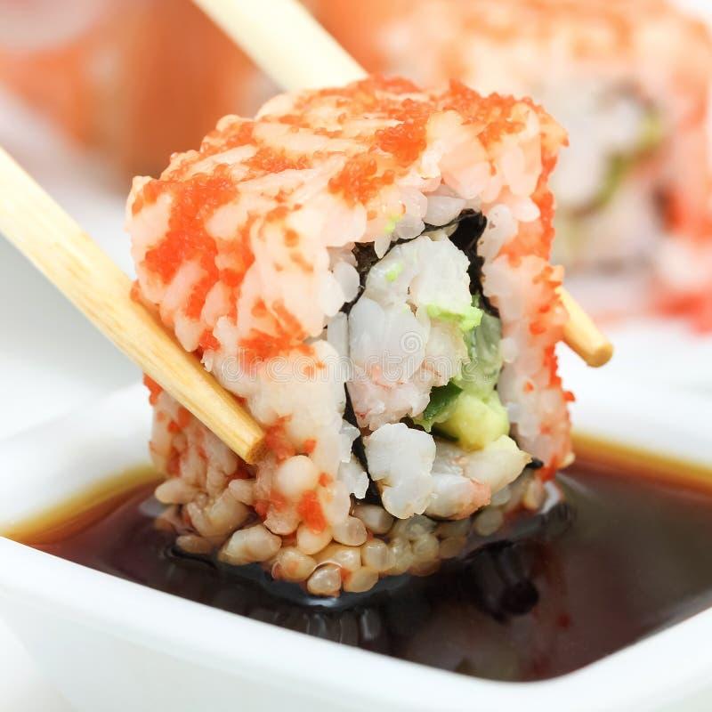 Sushibroodje in eetstokjes stock foto's