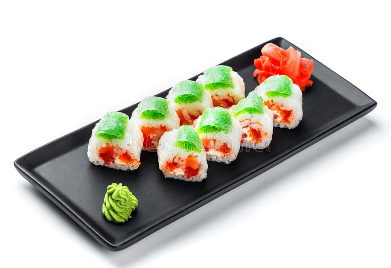 Sushibroodje - Maki Sushi met groene en rode kaviaar, Krabvlees, zalm en roomkaas op zwarte plaat stock foto