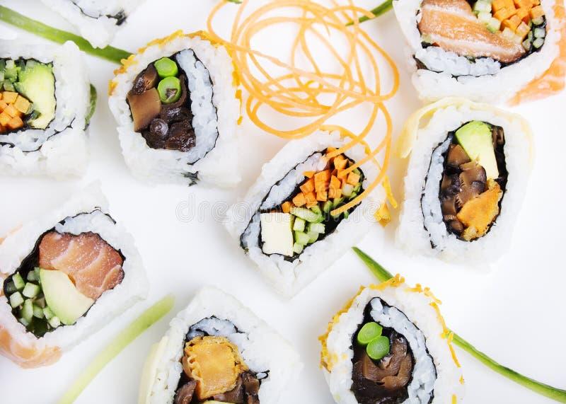 Sushibroodje van zalm in assortiment op witte achtergrond stock foto