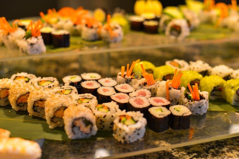 Sushibroodjes bij het buffetrestaurant royalty-vrije stock afbeelding