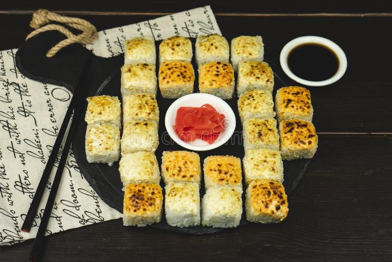 Sushibroodjes die op houten dek worden geplaatst royalty-vrije stock afbeelding