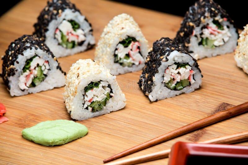 Sushibroodjes met krabvlees met sesamzaden wordt behandeld dat royalty-vrije stock foto