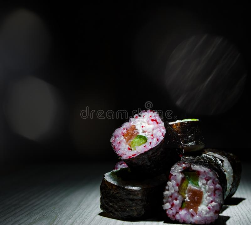 Sushibroodjes op donkere achtergrond Japans traditioneel voedsel Met exemplaarruimte stock foto's