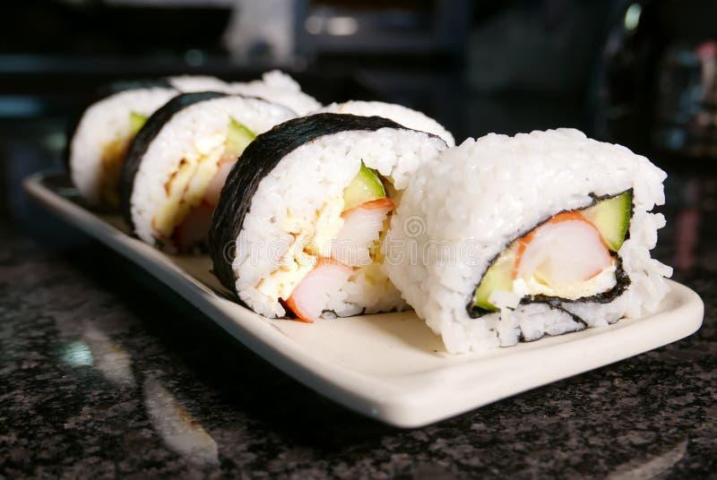 Sushibroodjes op marmeren lijst stock foto's