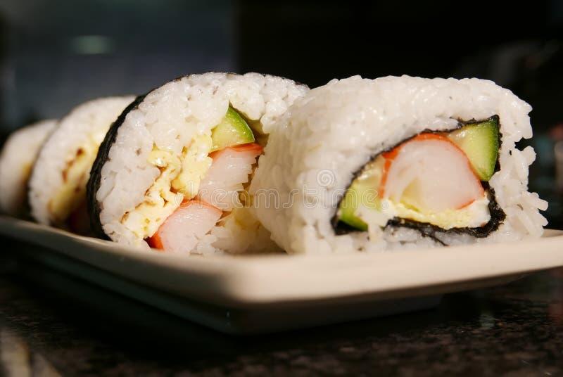 Sushibroodjes op marmeren lijst stock afbeeldingen