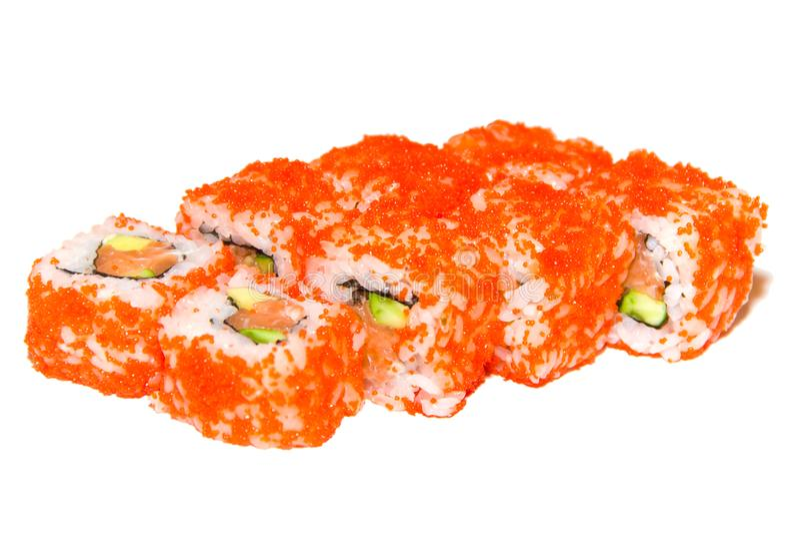 SushiKalifornien rulle i kaviar med laxen, gurka, ny gurka, avokado, tobiko - closeupen för kaviaren för flygfisken isolerade på royaltyfria foton