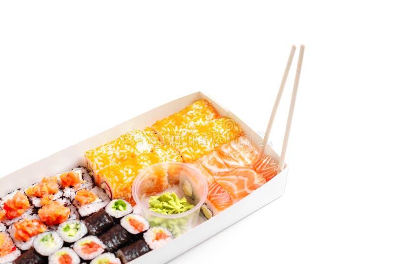 Sushileverans som går att ställa in japansk kinesisk mat isolerad vit bakgrund fotografering för bildbyråer