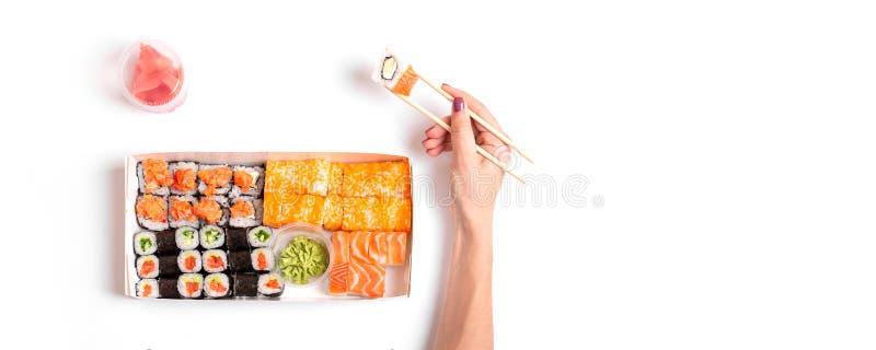 Sushileverans som går att ställa in japansk kinesisk mat isolerad vit bakgrund arkivfoto