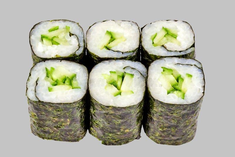 sushimakirulle med gurkan på en grå bakgrund arkivfoto