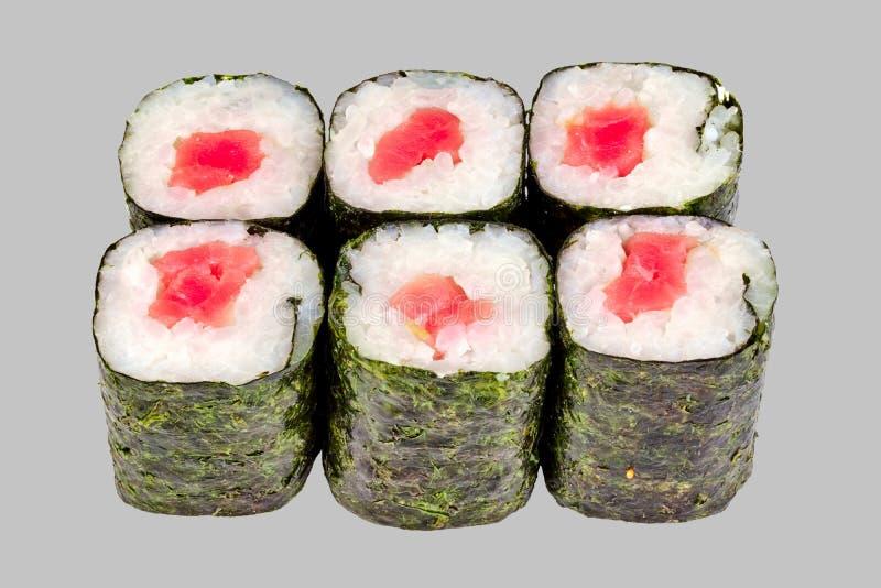 sushimakirulle med tonfisk på en grå bakgrund royaltyfri foto