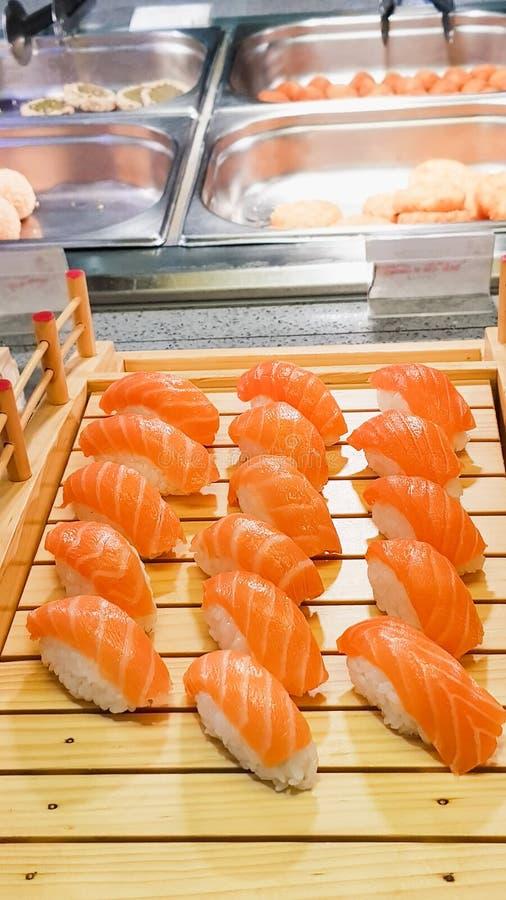 SushiMeeresfrüchte im Restaurantabschluß oben Königgarnelen, -meerespflanze und -kaviar für Feinschmecker lizenzfreies stockbild