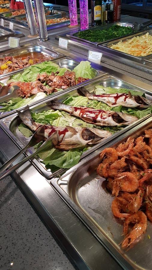 SushiMeeresfrüchte im Restaurantabschluß oben Königgarnelen, -meerespflanze und -kaviar für Feinschmecker lizenzfreies stockfoto