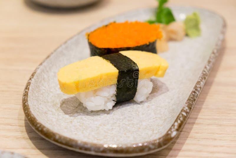 Sushiräkaägg och sushi för äggsushitamago arkivbilder