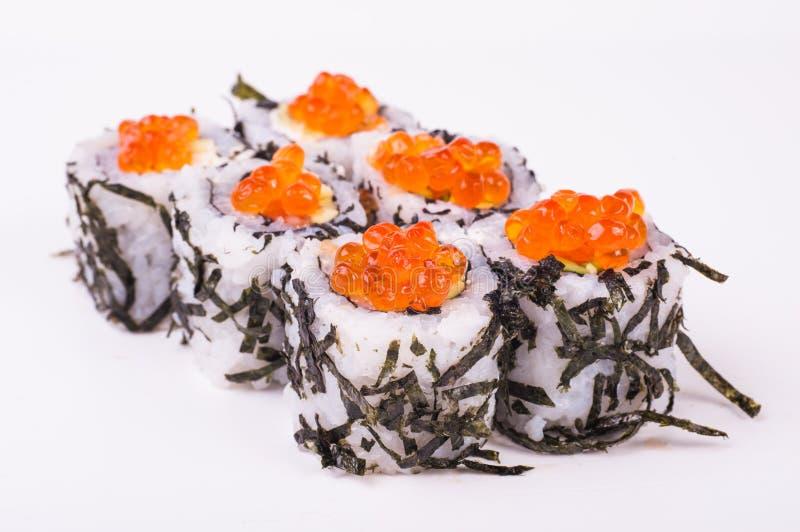 Sushirolle im nori mit Kaviar lizenzfreies stockfoto