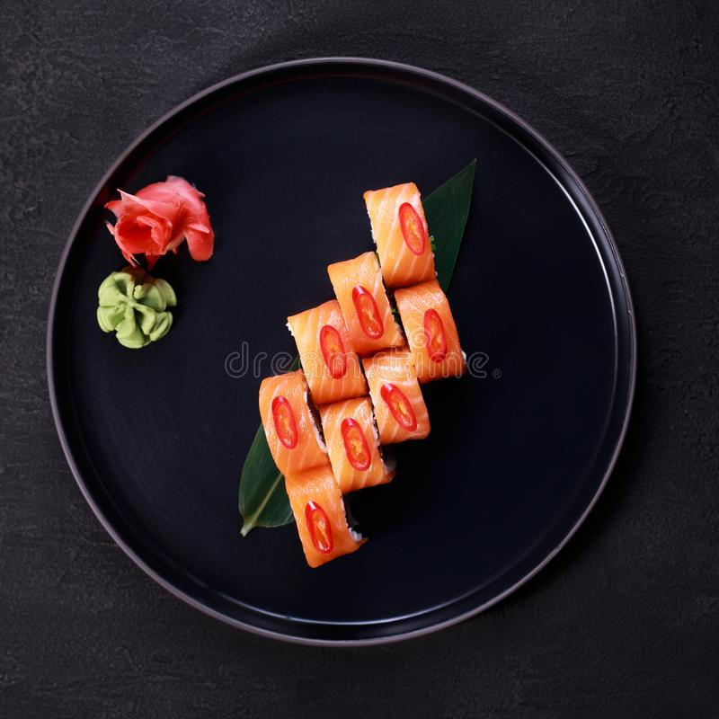 Sushirolle mit Lachs-, japanisches Restaurantmenü lizenzfreie stockbilder