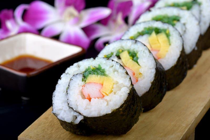 Sushirolle oder japanisches maki lizenzfreie stockbilder